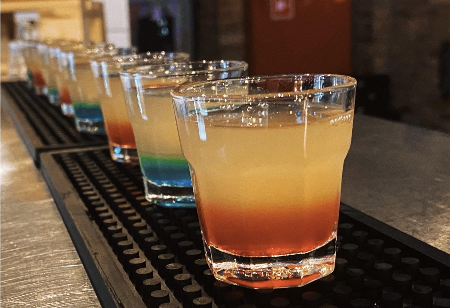 kolorowe shoty wykonane przez barmana Dominika