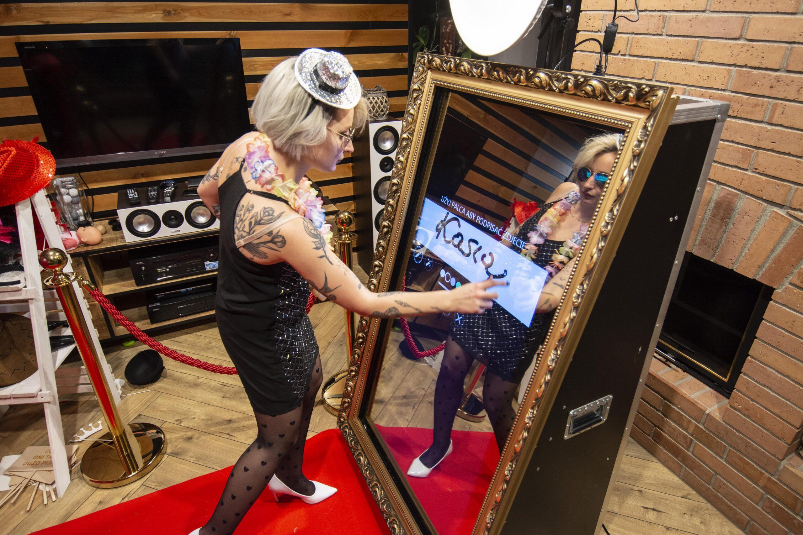 You are currently viewing Fotolustro to absolutny MUST BE na weselach, 5 powodów, dla których warto je mieć na imprezie!